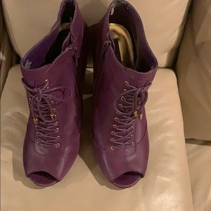 Cute Vince Camuto Booties Size 9.5 Purple